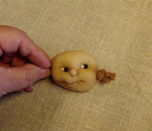Billede af Færdigsyet barneansigt 28cm.smilende